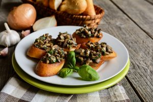 fried-baguette-slices-with-mushrooms