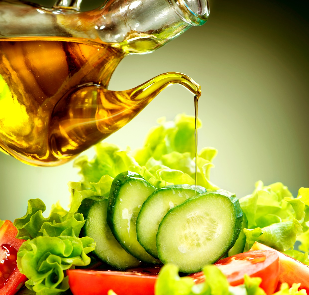 healthy-vegetable-salad-with-olive-oil-dressing