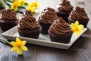 chocolate-cupcakes-with-spring-flowers