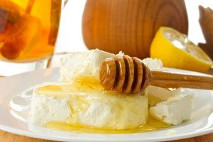milk-cottage-cheese-with-honey